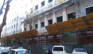 Peatones y obras de construcción