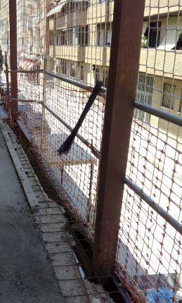 Protección colectiva doble en fachada : Red vertical y barandilla